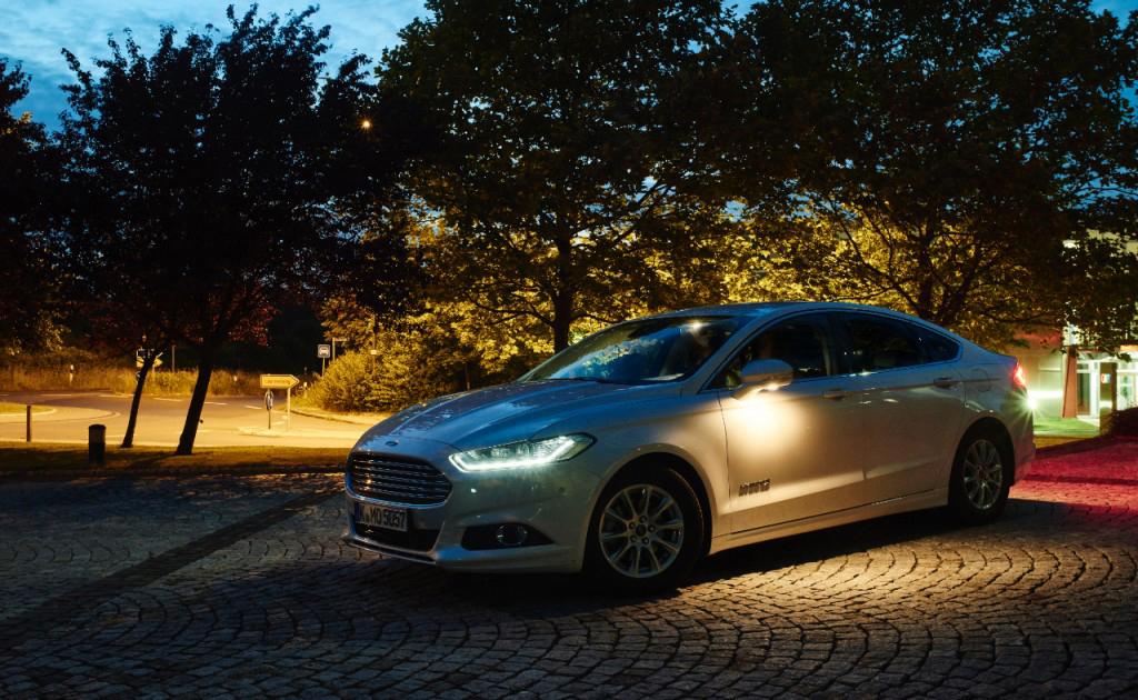 Компанія Ford розробляє передову технологію освітлення, яка виділяє в темряві людей та тварин, а також розширює промінь світла на складних перехрестях
